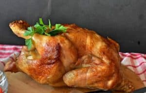 Ein ganzes Hähnchen lässt sich problemlos in dem Airfryer zubereiten.